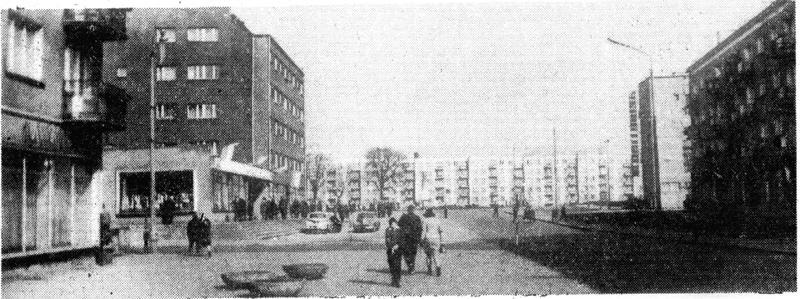 ruch uliczny na Śródmiejskiej (popularny deptak) w latach 60-tych, w głębi pl. Zwycięstwa