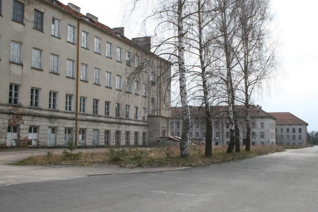 """budynki pokoszarowe na terenie lotniska położone w rejonie tzw. """"Zakopanego"""" przy ul. Kołobrzeskiej"""