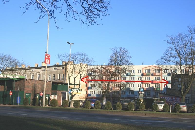 zdjęcie powyżej - widok na pustą działkę przeznaczoną pod zabudowę budynkiem wielorodzinnym TBS