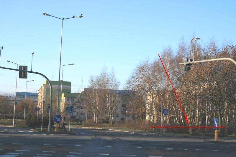 zdjęcie powyżej - widok na pustą działkę przeznaczoną pod zabudowę budynkiem wielorodzinnym poniżej grafika mpzp - działa zaznaczona kolorem czerwonym