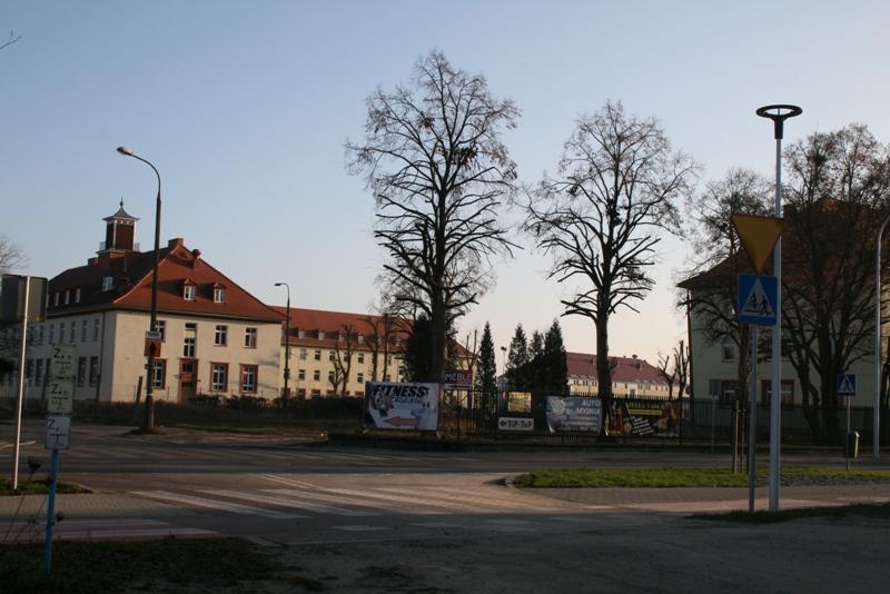 widok na działkę przy ul. Podchorążych, na której wkrótce rozpocznie się budowa budynku wielorodzinnego, usytuowanego równolegle do budynku z wieżyczką