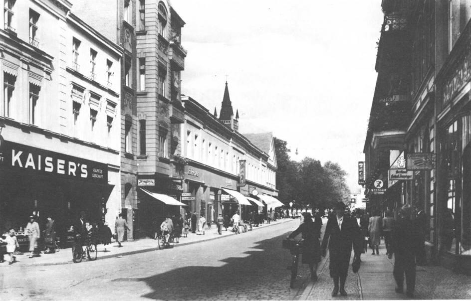"""fragment ul. Poznańskiej (obecnie ul. Śródmiejska - popularny """"deptak"""") - okres międzywojenny."""
