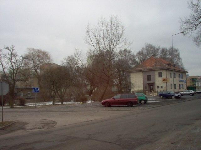 budynek usługowy, pozostający do czasu realizacji drugiej jezdni ul. Kusocińskiego