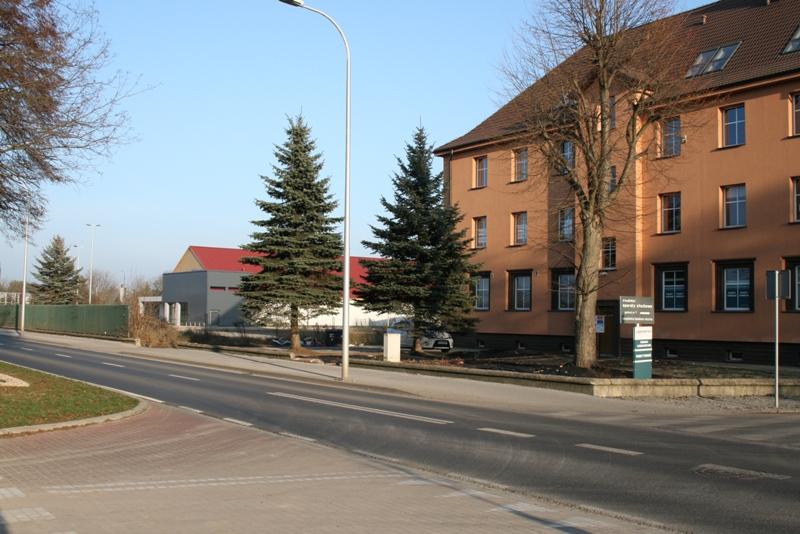 """widok na działkę pomiędzy """"Czerwoną torebką"""" a budynkiem przychodni przy ul. Podchorążych"""