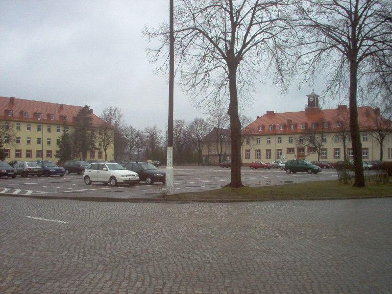 widok na plac główny oraz budynek biblioteki