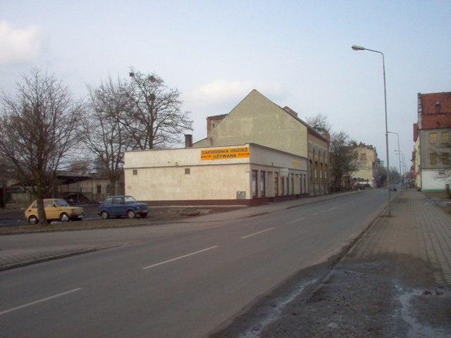 nieistniejące już parterowe budynki usługowe oraz budynek starej przepompowni