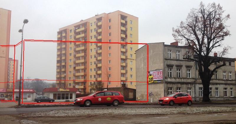 zdjęcie powyżej - widok na działkę przy ul. Bydgoskiej, schematycznie kolorem czerwonym oznaczono bryłę nowego budynku