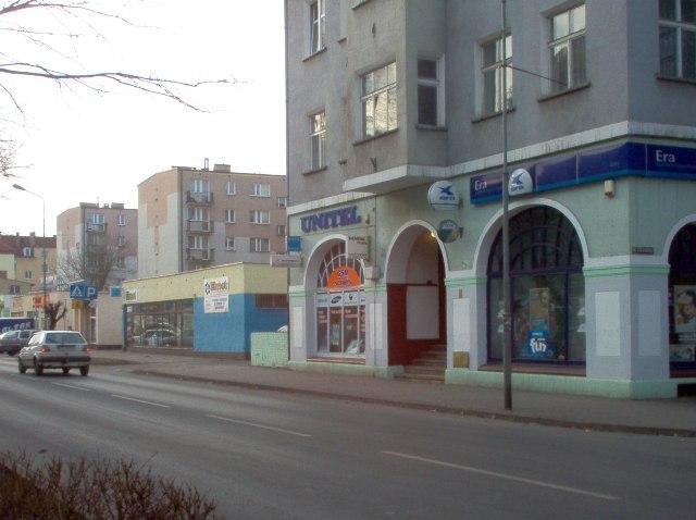 ciąg handlowy w pierzei ul. Buczka
