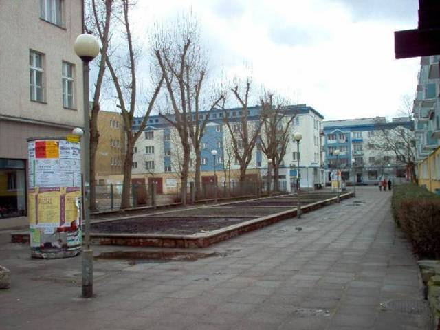 ulica Ossolińskich - teren przeznaczony pod zabudowę budynkiem usługowym